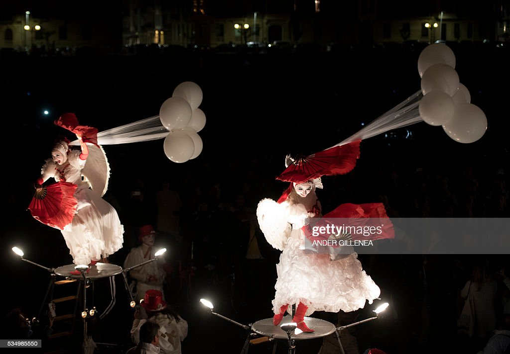 Tol Theatre company performs during the inauguration of World Puppet Festival in the northern Spanish Basque city of San Sebastian on May 28, 2016. / AFP / ANDER