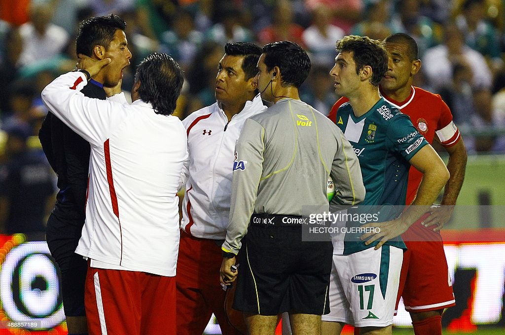 Toluca Goalkeeper Alfredo Talavera is evaluated by the referee and his medical team after getting injured during their Mexican Clausura 2014 semifinal first leg football match against Leon at Nou Camp stadium on May 08, 2014 in Leon,Guanajuato State, Mexico. AFP PHOTO/Hector Guerrero