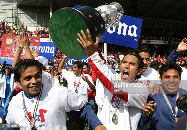 Alberto Medina de Chivas de Guadalajara carga el trofeo del Torneo Apertura 2006 del futbol mexicano en Toluca Estado de Mexico el 10 de diciembre de...