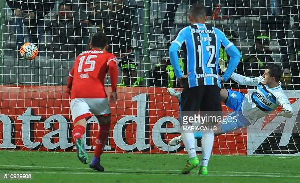 Toluca's Enrique Trivero scores the second goal by penalty kick during the Libertadores cup 2016 football match againtsBrazil's Gremio at Nemesio...