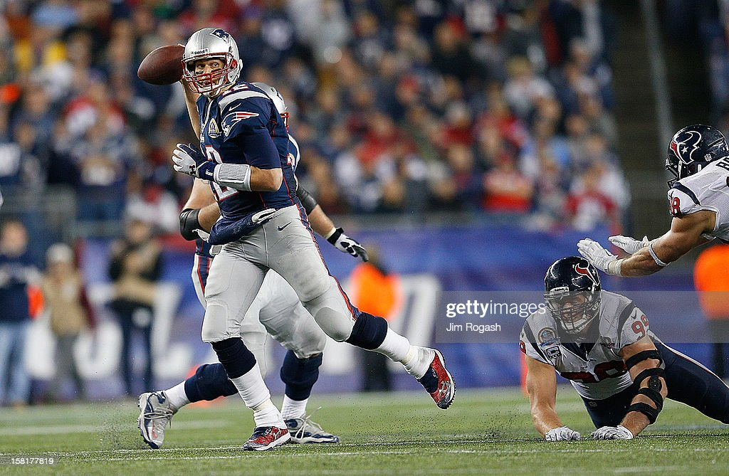 <a gi-track='captionPersonalityLinkClicked' href=/galleries/search?phrase=Tom+Brady+-+Amerikansk+fotbollsspelare+-+Quarterback&family=editorial&specificpeople=201737 ng-click='$event.stopPropagation()'>Tom Brady</a> #12 of the New England Patriots runs the ball for a first down against the Houston Texans in the second half at Gillette Stadium on December 10, 2012 in Foxboro, Massachusetts.