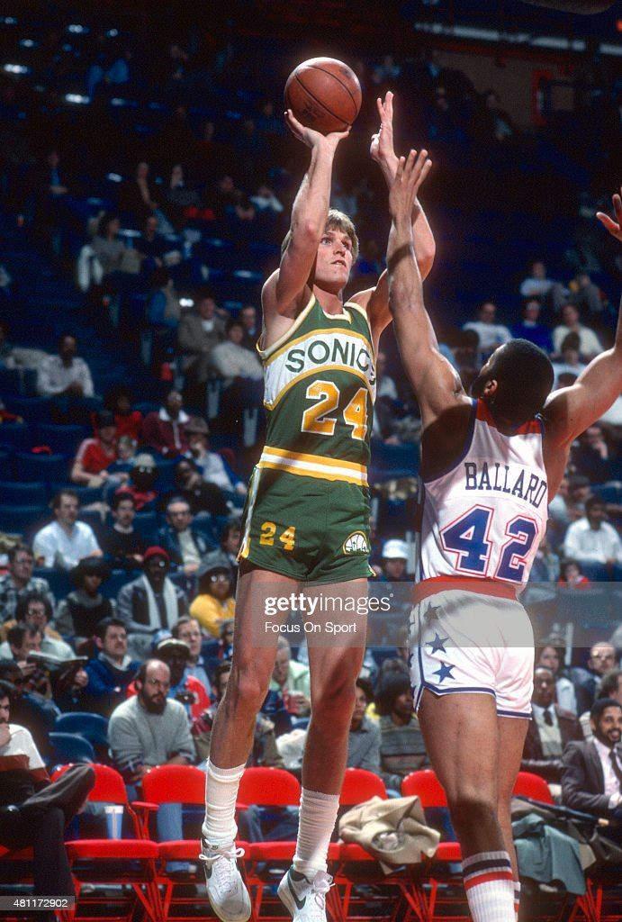 BASKET  NBA-EUROPA  ...... como los 80 na de na !!!!!!  Tom-chambers-of-the-seattle-super-sonics-shoots-over-greg-ballard-of-picture-id481172902