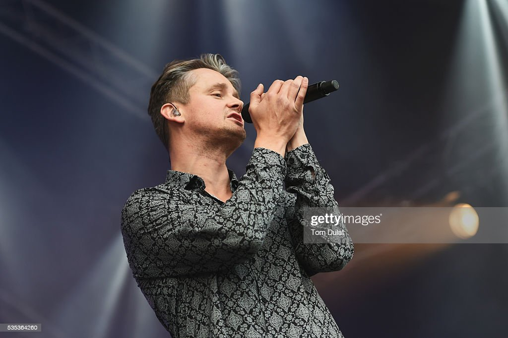 <a gi-track='captionPersonalityLinkClicked' href=/galleries/search?phrase=Tom+Chaplin+-+Musician&family=editorial&specificpeople=239522 ng-click='$event.stopPropagation()'>Tom Chaplin</a> performs during day four of the BMW PGA Championship at Wentworth on May 29, 2016 in Virginia Water, England.