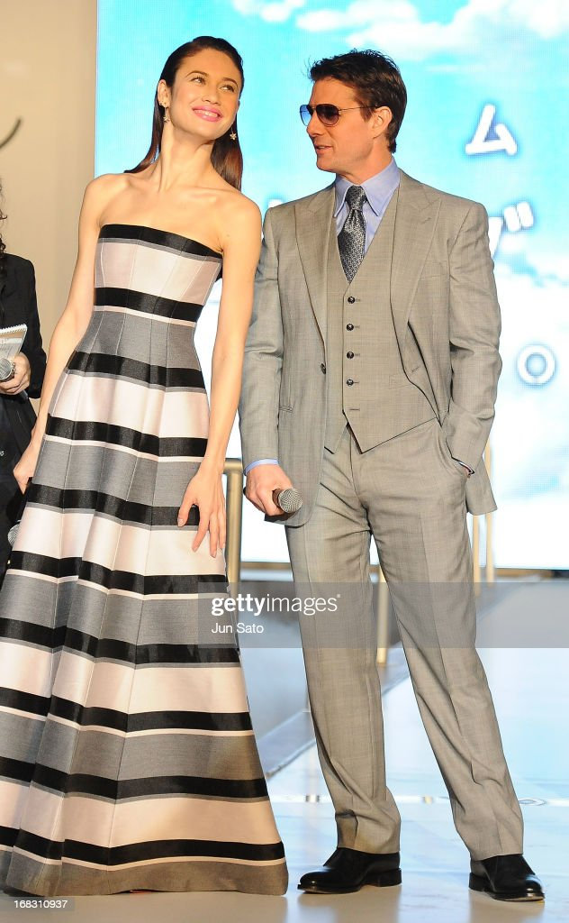 Tom Cruise and Olga Kurylenko attend the 'Oblivion' Japan Premiere at Roppongi Hills on May 8, 2013 in Tokyo, Japan. The film will open on May 31 in Japan.