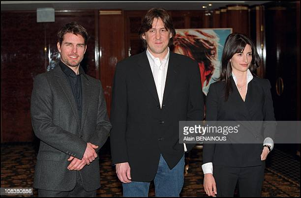 Tom Cruise Cameron Crowe and Penelope Cruz in Paris France on January 22 2002