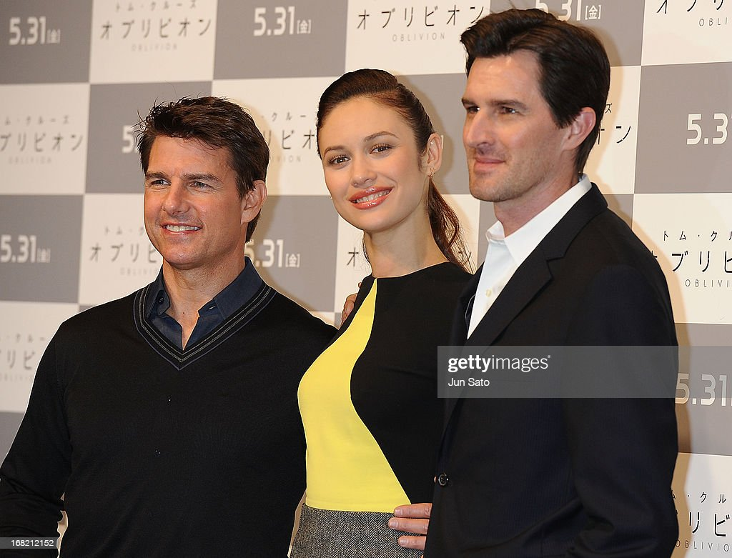 <a gi-track='captionPersonalityLinkClicked' href=/galleries/search?phrase=Tom+Cruise&family=editorial&specificpeople=156405 ng-click='$event.stopPropagation()'>Tom Cruise</a>, <a gi-track='captionPersonalityLinkClicked' href=/galleries/search?phrase=Olga+Kurylenko&family=editorial&specificpeople=630281 ng-click='$event.stopPropagation()'>Olga Kurylenko</a> and director <a gi-track='captionPersonalityLinkClicked' href=/galleries/search?phrase=Joseph+Kosinski&family=editorial&specificpeople=7113921 ng-click='$event.stopPropagation()'>Joseph Kosinski</a> attend the 'Oblivion' press conference at Ritz Carlton Tokyo on May 7, 2013 in Tokyo, Japan. The film will open on May 31 in Japan.