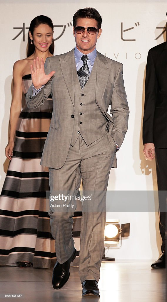 <a gi-track='captionPersonalityLinkClicked' href=/galleries/search?phrase=Tom+Cruise&family=editorial&specificpeople=156405 ng-click='$event.stopPropagation()'>Tom Cruise</a> waves to the fans at the 'Oblivion' Japan Premiere at Roppongi Hills on May 8, 2013 in Tokyo, Japan. The film will open on May 31 in Japan.