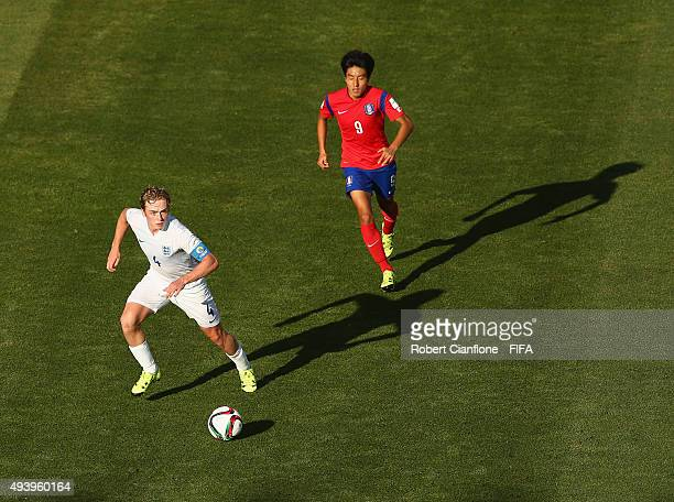 Tom Davies of England is chased by Juan You of Korea Republic during the FIFA U17 World Cup Group B match between Korea Republic and England at...