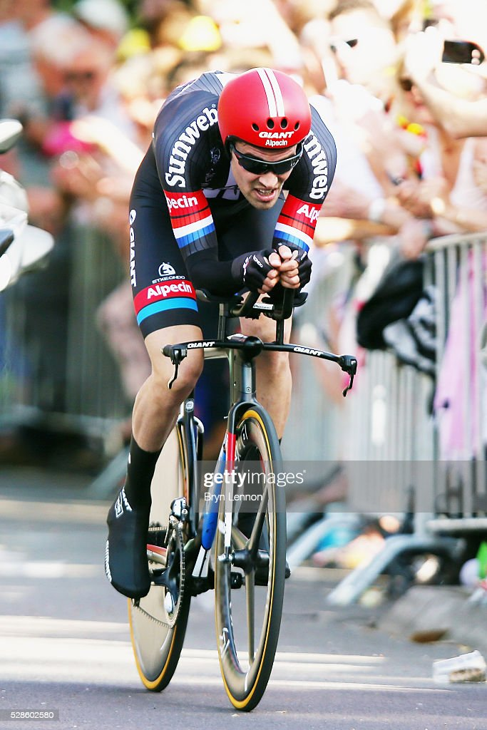 <a gi-track='captionPersonalityLinkClicked' href=/galleries/search?phrase=Tom+Dumoulin&family=editorial&specificpeople=9737035 ng-click='$event.stopPropagation()'>Tom Dumoulin</a> of The Netherlands and Team Giant - Alpecin in action on his way to winning stage one of the 2016 Giro, a 9.8km individual time-trial through Apeldoorn on May 06, 2016 in Apeldoorn, Netherlands.