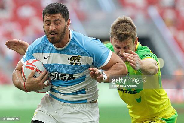 Tom Kingston of Australia tries to tackle Javier Ortega Desio of Argentina during the 2016 Singapore Sevens at National Stadium on April 16 2016 in...