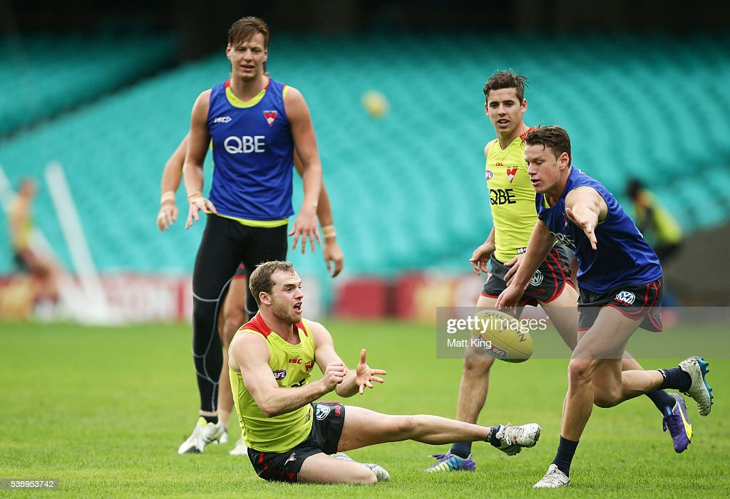 <a gi-track='captionPersonalityLinkClicked' href=/galleries/search?phrase=Tom+Mitchell+-+Australian-Football-Spieler&family=editorial&specificpeople=14726141 ng-click='$event.stopPropagation()'>Tom Mitchell</a> of the Swans handles the ball during a Sydney Swans AFL training session at Sydney Cricket Ground on May 31, 2016 in Sydney, Australia.