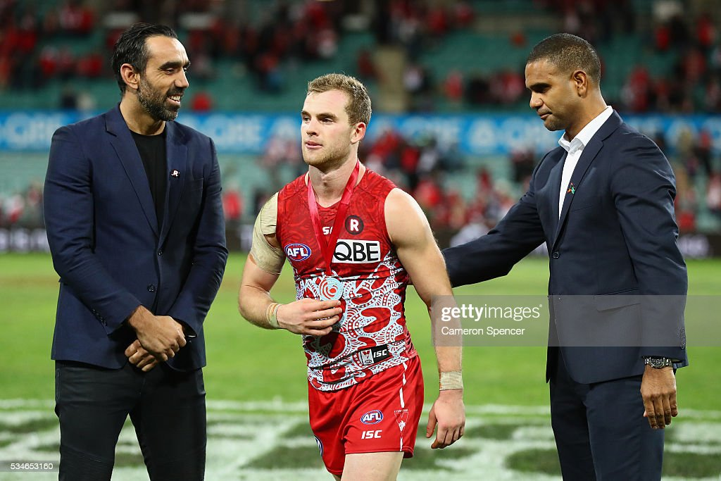 <a gi-track='captionPersonalityLinkClicked' href=/galleries/search?phrase=Tom+Mitchell+-+Australian+Rules+Football+Player&family=editorial&specificpeople=14726141 ng-click='$event.stopPropagation()'>Tom Mitchell</a> of the Swans receives the Goodes O'Loughlin medal from <a gi-track='captionPersonalityLinkClicked' href=/galleries/search?phrase=Adam+Goodes&family=editorial&specificpeople=206473 ng-click='$event.stopPropagation()'>Adam Goodes</a> and <a gi-track='captionPersonalityLinkClicked' href=/galleries/search?phrase=Michael+O%27Loughlin&family=editorial&specificpeople=215115 ng-click='$event.stopPropagation()'>Michael O'Loughlin</a> during the round 10 AFL match between the Sydney Swans and the North Melbourne Kangaroos at Sydney Cricket Ground on May 27, 2016 in Sydney, Australia.