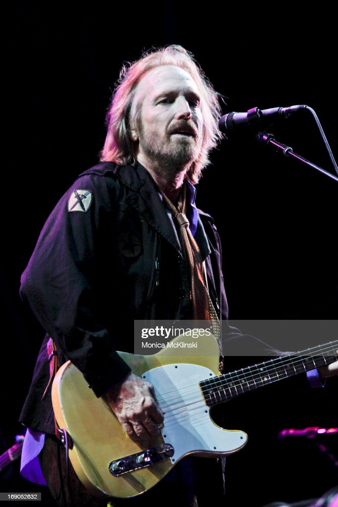 <a gi-track='captionPersonalityLinkClicked' href=/galleries/search?phrase=Tom+Petty&family=editorial&specificpeople=224789 ng-click='$event.stopPropagation()'>Tom Petty</a> of <a gi-track='captionPersonalityLinkClicked' href=/galleries/search?phrase=Tom+Petty&family=editorial&specificpeople=224789 ng-click='$event.stopPropagation()'>Tom Petty</a> & the Heartbreakers performs during the 2013 Hangout Music Festival on May 18, 2013 in Gulf Shores, Alabama.