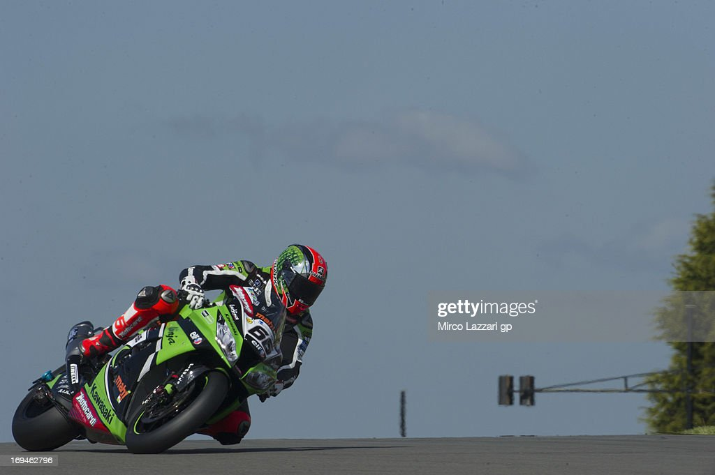 Tom Sykes of Great Britain and Kawasaki Racing Team rounds the bend during the World Superbikes - Qualifying during the round five of 2013 Superbikes FIM World Championship at Donington Park on May 25, 2013 in Castle Donington, England.