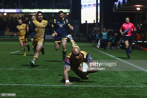 Tom Varndell of Bristol scores a try during the AngloWelsh Cup match between Worcester Warriors and Bristol at Sixways Stadium on November 4 2016 in...