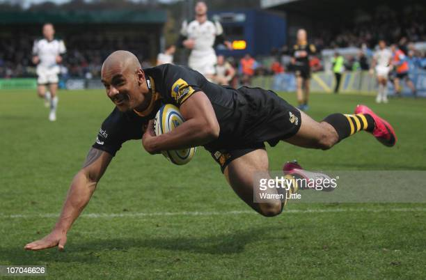 Tom Varndell of London Wasps dives to score a try during the Aviva Premiership match between London Wasps and London Irish at Adams Park on November...