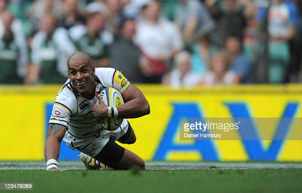 Tom Varndell of London Wasps scores the winning try during the Aviva Premiership match between Saracens and London Wasps at Twickenham Stadium on...