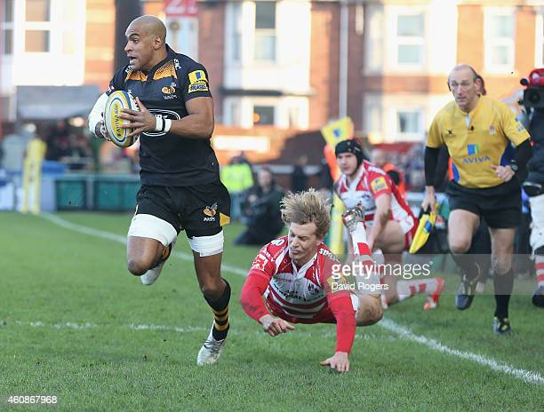 Tom Varndell of Wasps breaks clear of Billy Twelvetrees during the Aviva Premiership match between Gloucester and Wasps at Kingsholm Stadium on...