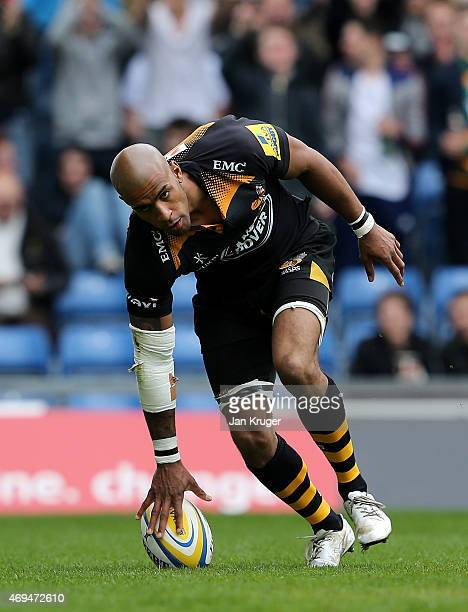 Tom Varndell of Wasps goes over for a try during the Aviva Premiership match between London Welsh and Wasps at Kassam Stadium on April 12 2015 in...