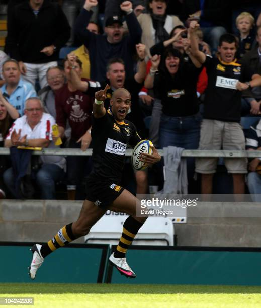 Tom Varndell of Wasps races clear to score the first try during the Aviva Premiership match between London Wasps and Leicester Tigers at Adams Park...