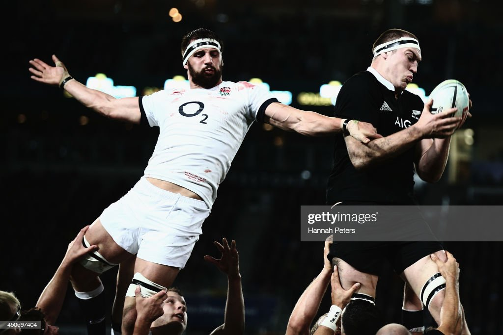 Tom Wood of England competes with <a gi-track='captionPersonalityLinkClicked' href=/galleries/search?phrase=Brodie+Retallick&family=editorial&specificpeople=7864021 ng-click='$event.stopPropagation()'>Brodie Retallick</a> of the All Blacks in the linout during the International Test Match between the New Zealand All Blacks and England at Forsyth Barr Stadium on June 14, 2014 in Dunedin, New Zealand.