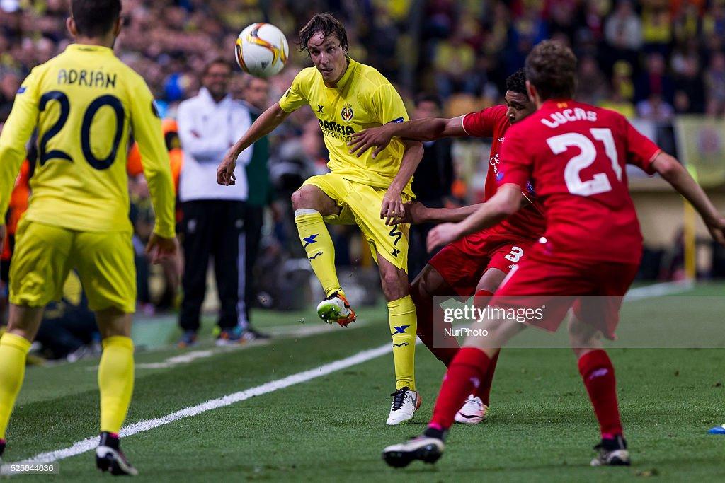 04 Tomas Pina of Villarreal CF (C) during UEFA Europa League semi-final first leg match between Villarreal CF and Liverpool FC at El Madrigal Stadium in Villarreal on April 28, 2016.