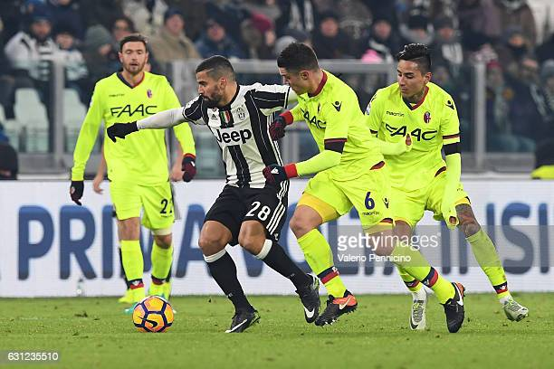 Tomas Rincon of Juventus FC in action against Federico Viviani of Bologna FC during the Serie A match between Juventus FC and Bologna FC at Juventus...