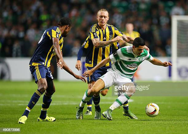 Tomas Rogic of Celtic vies with Simon Kjaer of Fenerbahce during the UEFA Europa League match between Celtic FC and Fenerbahce SK at Celtic Park on...