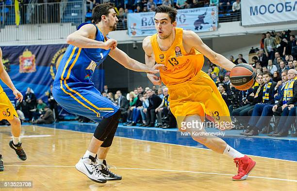 Tomas Satoransky #13 of FC Barcelona Lassa competes with Alexey Shved #1 of Khimki Moscow Region during the 20152016 Turkish Airlines Euroleague...