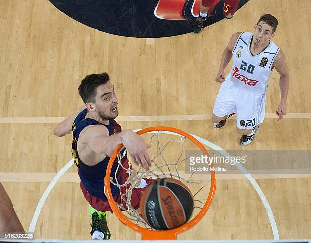 Tomas Satoransky #13 of FC Barcelona Lassa in action during the 20152016 Turkish Airlines Euroleague Basketball Top 16 Round 11 game between FC...