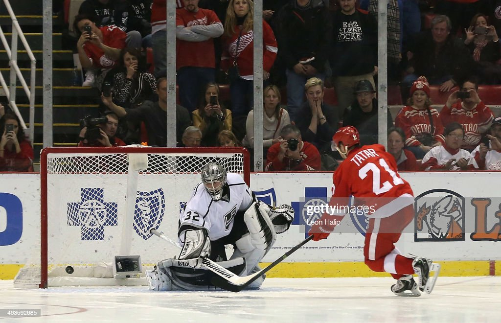 <a gi-track='captionPersonalityLinkClicked' href=/galleries/search?phrase=Tomas+Tatar&family=editorial&specificpeople=5652303 ng-click='$event.stopPropagation()'>Tomas Tatar</a> #21 of the Detroit Red Wings scores against <a gi-track='captionPersonalityLinkClicked' href=/galleries/search?phrase=Jonathan+Quick&family=editorial&specificpeople=2271852 ng-click='$event.stopPropagation()'>Jonathan Quick</a> #32 of the Los Angeles Kings during the shootout at Joe Louis Arena on January 18, 2014 in Detroit, Michigan. The Wings defeated the Kings 3-2 in a shootout.