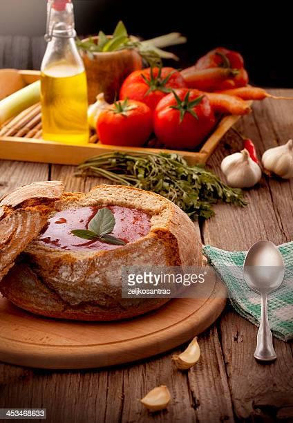 Tomaten-Suppe, die im Brot serviert wird