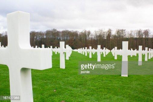 Tombstone en un cementerio conmemorativo de guerra : Foto de stock