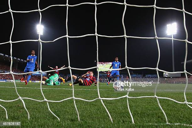 Tomi Juric of the Wanderers scores a goal during the Asian Champions League final match between the Western Sydney Wanderers and Al Hilal at Pirtek...