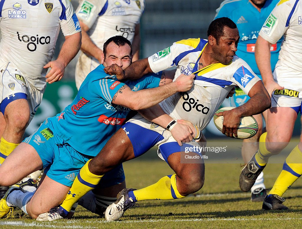 Tommaso D'Apice of Aironi Rugby and <a gi-track='captionPersonalityLinkClicked' href=/galleries/search?phrase=Sitiveni+Sivivatu&family=editorial&specificpeople=234893 ng-click='$event.stopPropagation()'>Sitiveni Sivivatu</a> (R) of ASM Clermont Auvergne during the Heineken Cup pool 4 match between Aironi Rugby and ASM Clermont Auvergne at Stadio Brianteo on January 14, 2012 in Monza, Italy.