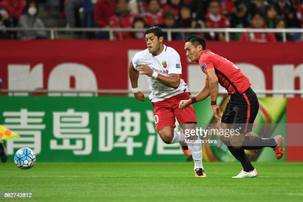 Tomoaki Makino of Urawa Red Diamonds and Hulk of Shanghai SIPG compete for the ball during the AFC Champions League semi final second leg match...