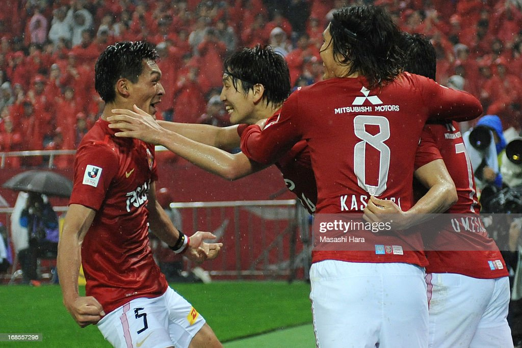 <a gi-track='captionPersonalityLinkClicked' href=/galleries/search?phrase=Tomoaki+Makino&family=editorial&specificpeople=775804 ng-click='$event.stopPropagation()'>Tomoaki Makino</a> #5 of Urawa Red Diamonds (L) and team-mates celebrate their team's first goal during the J.League match between Urawa Red Diamonds and Kashima Antlers at Saitama Stadium on May 11, 2013 in Saitama, Japan.