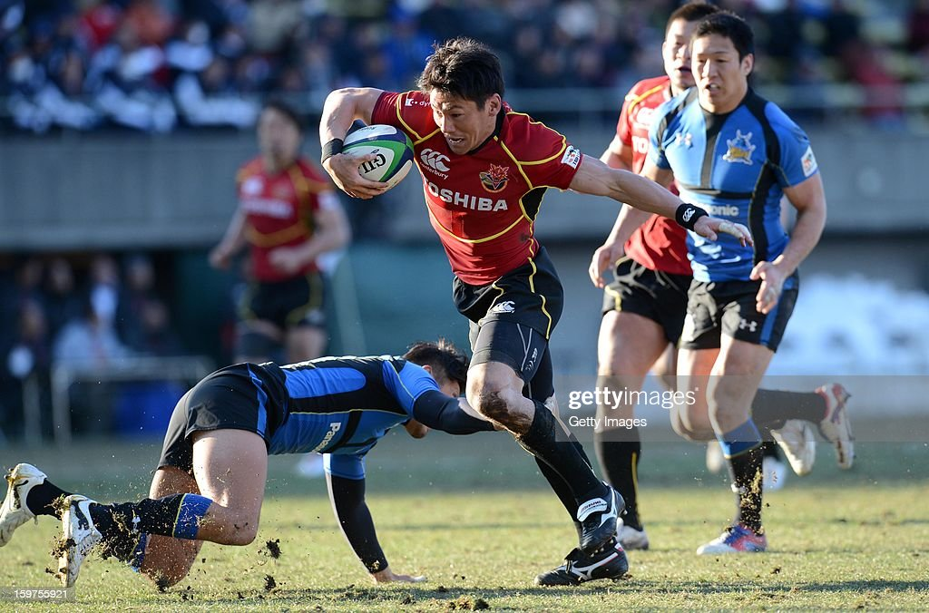 Tomoki Yoshida of Brave Lupus runs to score a try during the Top League Playoff semi final match between Panasonic Wild Knights and Toshiba Brave Lupus at Prince Chichibu Stadium on January 20, 2013 in Tokyo, Japan.