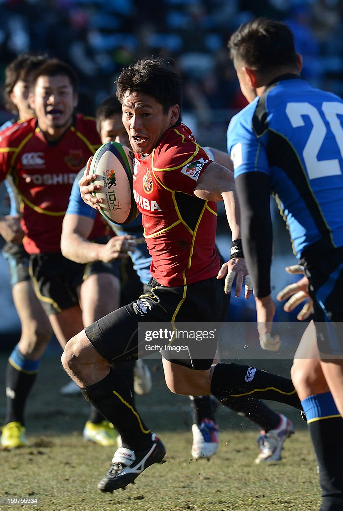 <a gi-track='captionPersonalityLinkClicked' href=/galleries/search?phrase=Tomoki+Yoshida&family=editorial&specificpeople=4313238 ng-click='$event.stopPropagation()'>Tomoki Yoshida</a> of Brave Lupus runs to score a try during the Top League Playoff semi final match between Panasonic Wild Knights and Toshiba Brave Lupus at Prince Chichibu Stadium on January 20, 2013 in Tokyo, Japan.