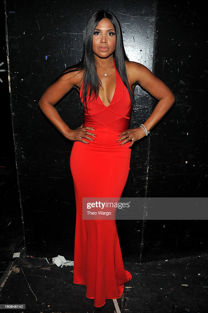 <a gi-track='captionPersonalityLinkClicked' href=/galleries/search?phrase=Toni+Braxton&family=editorial&specificpeople=213737 ng-click='$event.stopPropagation()'>Toni Braxton</a> prepares backstage at the Heart Truth 2013 Fashion Show at Hammerstein Ballroom on February 6, 2013 in New York City.
