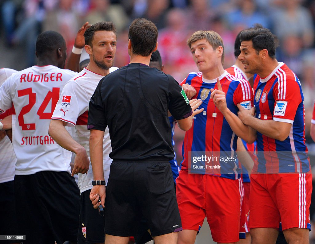 Toni Kroos (2R) and Claudio Pizarro of Bayern Muenchen (R) appeals to referee Bastian Dankert during the Bundesliga match between Bayern Muenchen and VfB Stuttgart at Allianz Arena on May 10, 2014 in Munich, Germany.