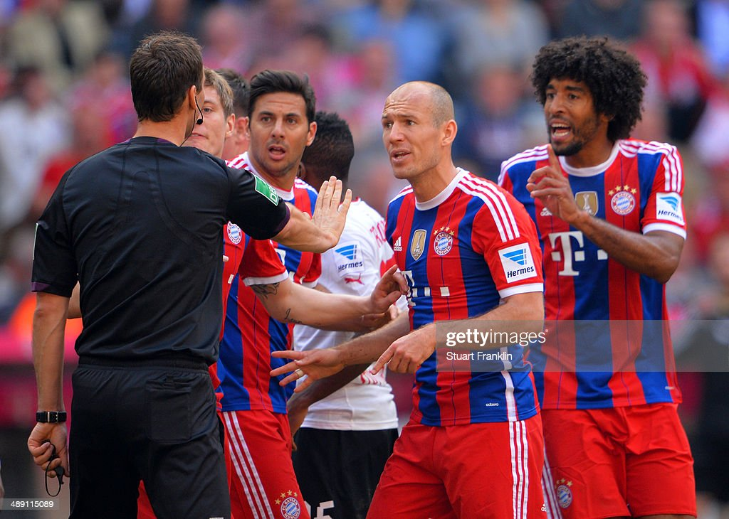 Toni Kroos (2L), Claudio Pizarro (3L), Arjen Robben (2R) and Dante of Bayern Muenchen (R) appeal to referee Bastian Dankert during the Bundesliga match between Bayern Muenchen and VfB Stuttgart at Allianz Arena on May 10, 2014 in Munich, Germany.