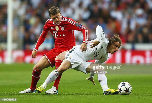 Toni Kroos of Bayern Muenchen challenges Luka Modric of Real Madrid during the UEFA Champions League semifinal first leg match between Real Madrid...