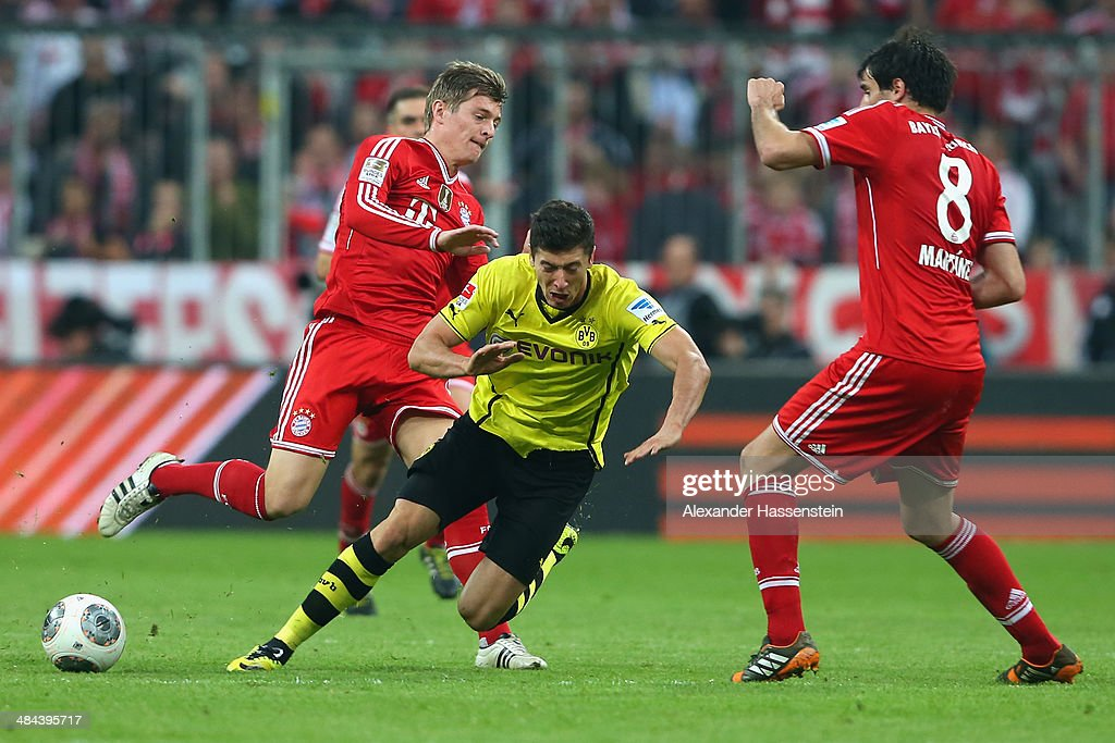 <a gi-track='captionPersonalityLinkClicked' href=/galleries/search?phrase=Toni+Kroos&family=editorial&specificpeople=638597 ng-click='$event.stopPropagation()'>Toni Kroos</a> (L) of Muenchen and his team mate Javier Martinez (R) battlesfor the ball with <a gi-track='captionPersonalityLinkClicked' href=/galleries/search?phrase=Robert+Lewandowski&family=editorial&specificpeople=5532633 ng-click='$event.stopPropagation()'>Robert Lewandowski</a> of Dortmund during the Bundesliga match between FC Bayern Muenchen and BVB Borussia Dortmund at Allianz Arena on April 12, 2014 in Munich, Germany.