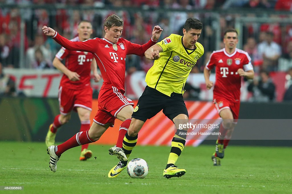 <a gi-track='captionPersonalityLinkClicked' href=/galleries/search?phrase=Toni+Kroos&family=editorial&specificpeople=638597 ng-click='$event.stopPropagation()'>Toni Kroos</a> (L) of Muenchen battles for the ball with <a gi-track='captionPersonalityLinkClicked' href=/galleries/search?phrase=Robert+Lewandowski&family=editorial&specificpeople=5532633 ng-click='$event.stopPropagation()'>Robert Lewandowski</a> of Dortmund during the Bundesliga match between FC Bayern Muenchen and BVB Borussia Dortmund at Allianz Arena on April 12, 2014 in Munich, Germany.