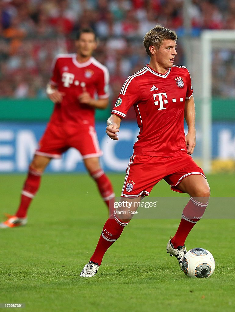 <a gi-track='captionPersonalityLinkClicked' href=/galleries/search?phrase=Toni+Kroos&family=editorial&specificpeople=638597 ng-click='$event.stopPropagation()'>Toni Kroos</a> of Muenchen runs with the ball during the DFB Cup first round match between BSV SW Rehden and Bayern Muenchen at osnatel Arena on August 5, 2013 in Osnabrueck, Germany.