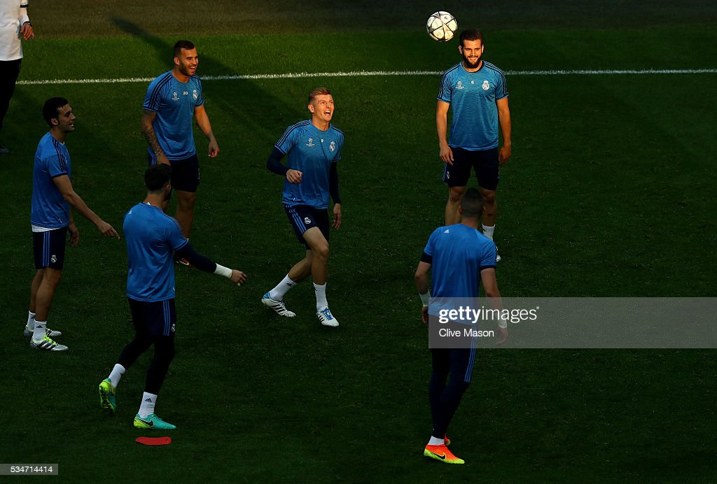<a gi-track='captionPersonalityLinkClicked' href=/galleries/search?phrase=Toni+Kroos&family=editorial&specificpeople=638597 ng-click='$event.stopPropagation()'>Toni Kroos</a> of Real Madrid (c) in action during a Real Madrid training session on the eve of the UEFA Champions League Final against Atletico de Madrid at Stadio Giuseppe Meazza on May 27, 2016 in Milan, Italy.