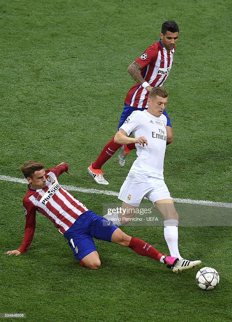 <a gi-track='captionPersonalityLinkClicked' href=/galleries/search?phrase=Toni+Kroos&family=editorial&specificpeople=638597 ng-click='$event.stopPropagation()'>Toni Kroos</a> (R) of Real Madrid is challenged by <a gi-track='captionPersonalityLinkClicked' href=/galleries/search?phrase=Antoine+Griezmann&family=editorial&specificpeople=7197539 ng-click='$event.stopPropagation()'>Antoine Griezmann</a> of Club Atletico de Madrid during the UEFA Champions League Final between Real Madrid and Club Atletico de Madrid at Stadio Giuseppe Meazza on May 28, 2016 in Milan, Italy.