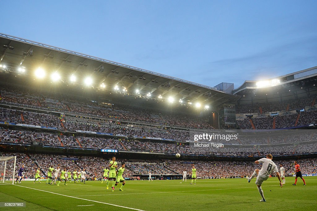 <a gi-track='captionPersonalityLinkClicked' href=/galleries/search?phrase=Toni+Kroos&family=editorial&specificpeople=638597 ng-click='$event.stopPropagation()'>Toni Kroos</a> of Real Madrid takes a free kick during the UEFA Champions League semi final, second leg match between Real Madrid and Manchester City FC at Estadio Santiago Bernabeu on May 4, 2016 in Madrid, Spain.