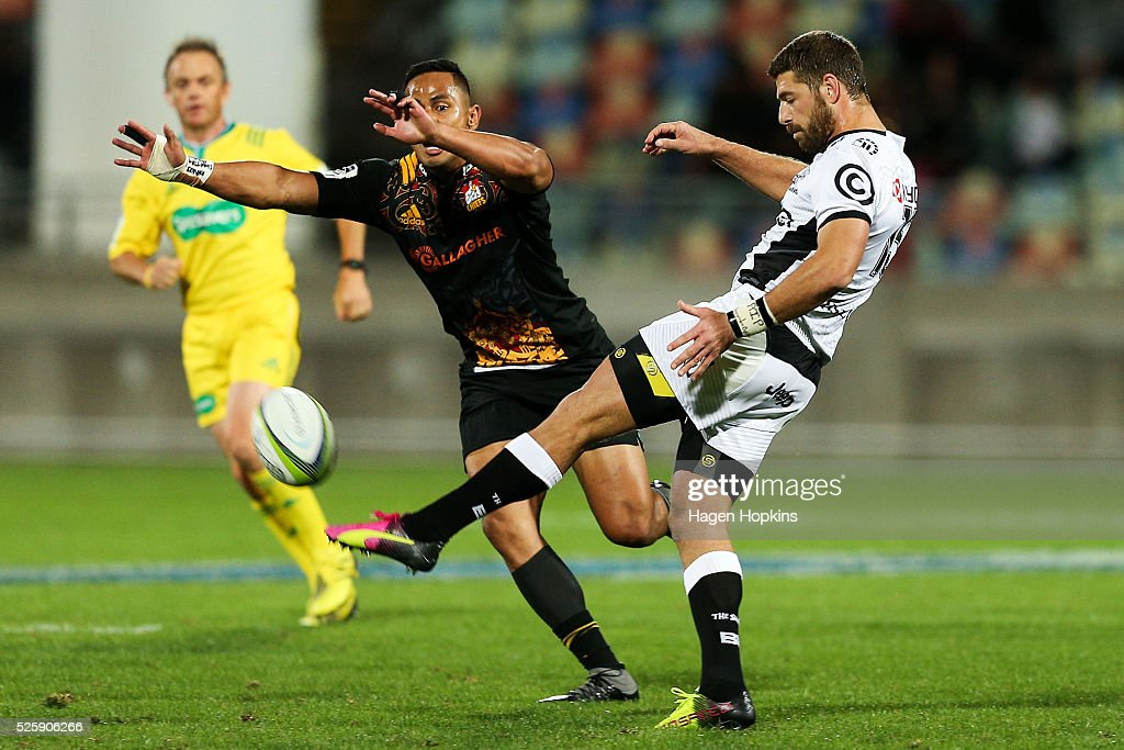 <a gi-track='captionPersonalityLinkClicked' href=/galleries/search?phrase=Toni+Pulu&family=editorial&specificpeople=11249932 ng-click='$event.stopPropagation()'>Toni Pulu</a> of the Chiefs attempts to charge down the kick of <a gi-track='captionPersonalityLinkClicked' href=/galleries/search?phrase=Willie+Le+Roux&family=editorial&specificpeople=9029846 ng-click='$event.stopPropagation()'>Willie Le Roux</a> of the Sharks during the round 10 Super Rugby match between the Chiefs and the Sharks at Yarrow Stadium on April 29, 2016 in New Plymouth, New Zealand.